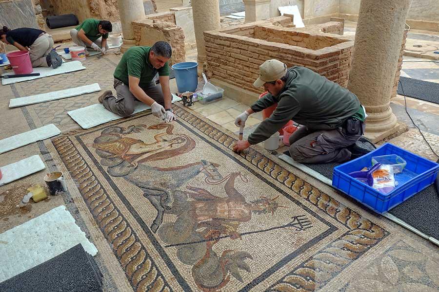 Restaurierungsarbeiten Figurenmosaik