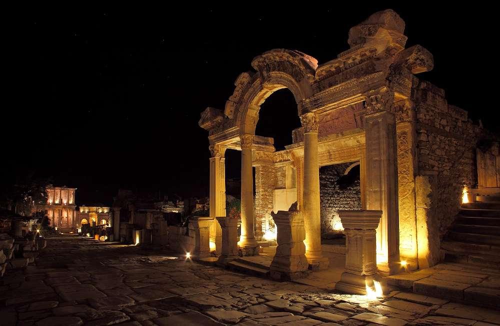 Hadrianstempel bei Nacht. Ansicht von der Kuretenstraße