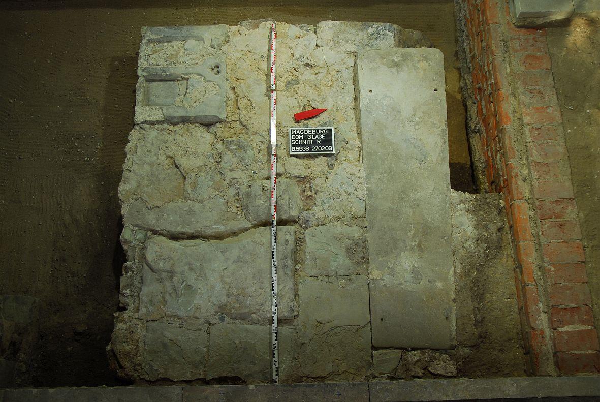 """Fundsituation des Sarkophages (trapezförmige """"Platte"""" rechts). Foto: Claudia Hartung, © Stiftung Dome und Schlösser in Sachsen-Anhalt."""