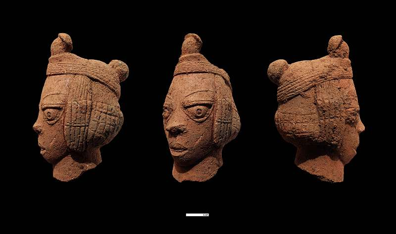 """Dieser ausdrucksstarke Terrakottakopf von der Fundstelle """"Kushe"""" wurde bereits 2010 gefunden. Besondere Sorgfalt ist bei menschlichen Terrakotten auf die Augen mit der durchstochenen Pupille gelegt worden (© Prof. Peter Breunig, Goethe-Universität Frankfurt)"""