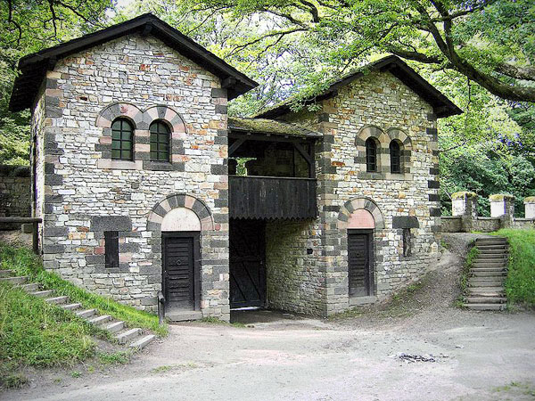 Porta Decumana der Saalburg (Rekonstruktion). Bild: Gorinin, CC-BY-SA