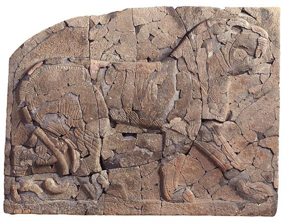 Große Reliefplatte nach der Wiederherstellung aus etwa 900 Fragmenten (2010).