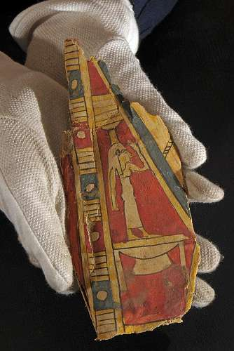 Diese bemalte rund 2.500 Jahre alte Mumienbinde mit der Abbildung der Totengöttin Nephtys wird jetzt von Archäologen der Universität Jena neu bestimmt und kulturhistorisch eingeordnet (Foto: FSU)