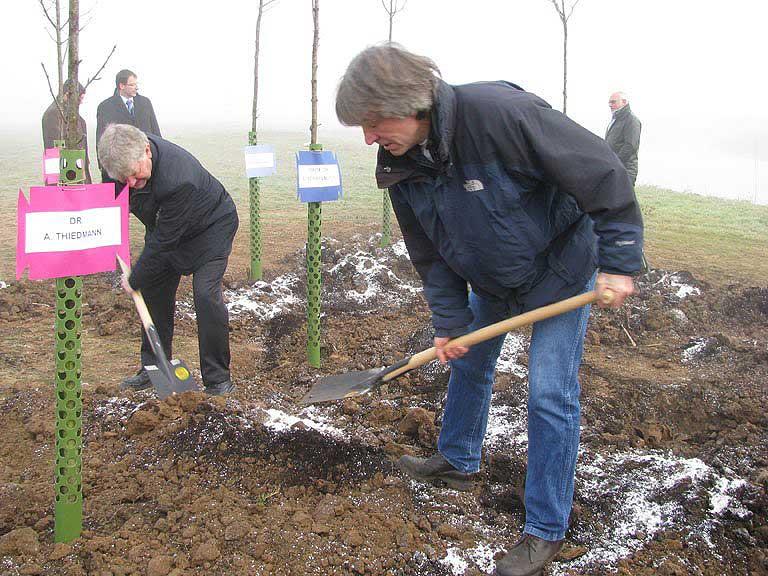 Diesmal graben die Archäologen nicht aus, sondern ein - Landesarchäologe Prof. Dr. E. Schallmayer und Bezirksarchäologe Dr. A. Thiedmann (Foto LDA Hessen)