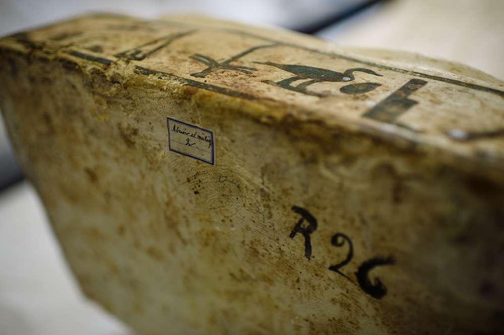 In Hieroglyphenschrift steht am Fuße des Sarges der Name Harsiese