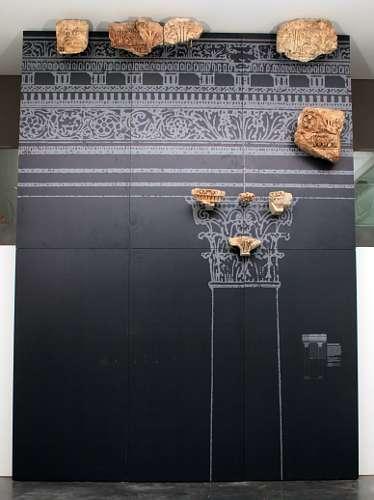Blick auf die Baalbekwand im Foyer der Archäologischen Sammlung (Institut für Arch. Wissenschaften der Universität Freiburg – Abt. Klassische Archäologie)
