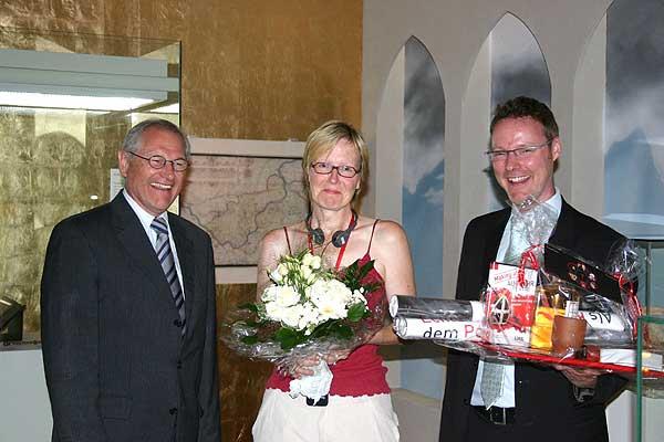 v.l.: Dr. Wolfgang Kirsch und der Museumsleiter Dr. Josef Mühlenbrock gratulieren der Jubiläumsbesucherin Katharina Huy aus Hattingen. (Foto: LWL/Jansen)
