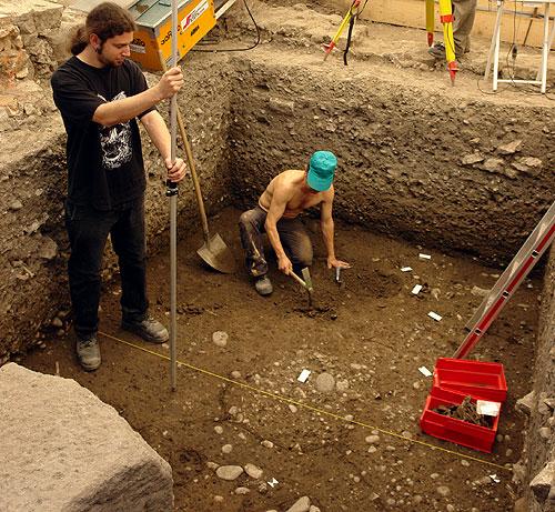 Untersuchung der römischen Fundamente durch die Archäologische Bodenforschung