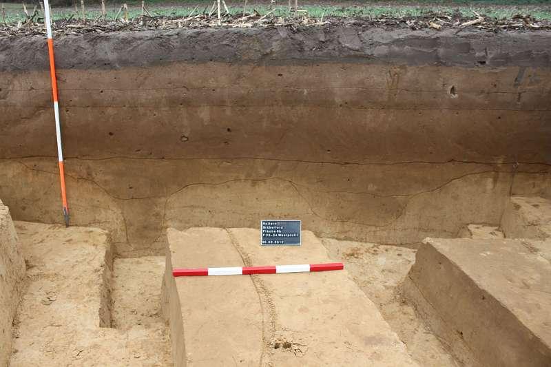 Deutlich im Boden zu sehen sind die Spuren der beiden Fundamentgräben für den stattlichen Grabbau