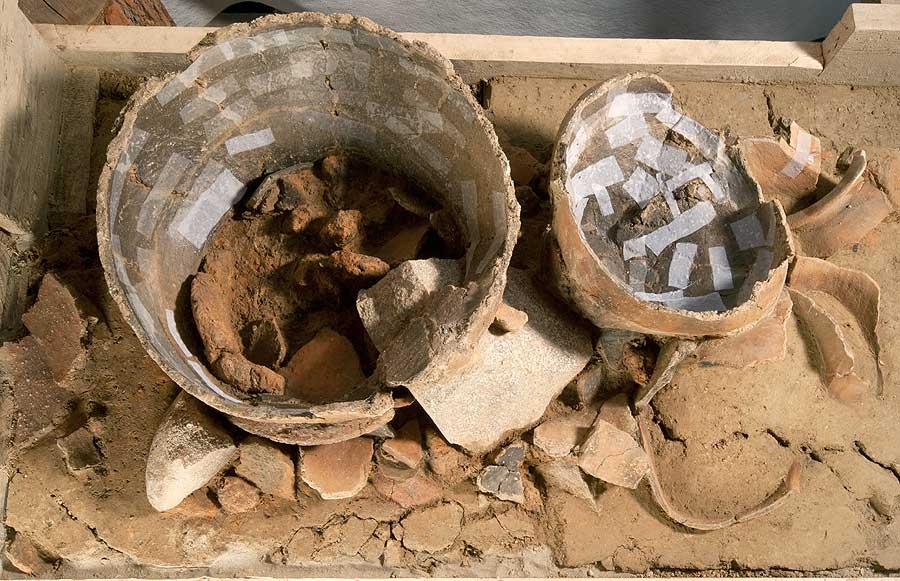 Freilegung der en bloc geborgenen Gefäße (Foto: Archäologische Bodenforschung Basel)