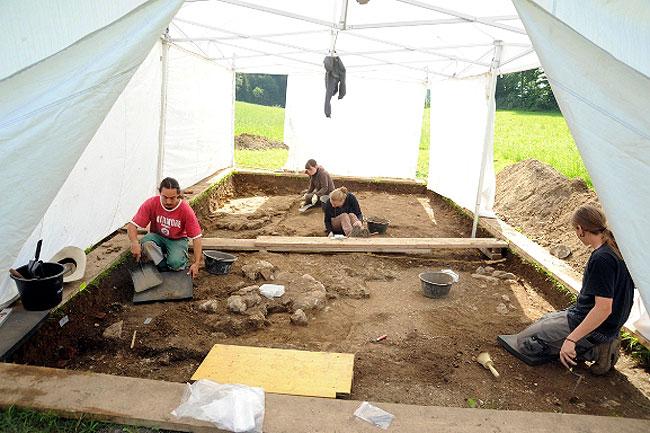 Studenten der Uni Bern bei der Arbeit ( Foto: Kanton Luzern)