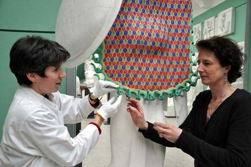 Jorun Ruppel und Dr. Ulrike Koch-Brinkmann bei der Restaurierung der Farbrekonstruktion einer Athena-Statue (Foto: Uni Göttingen)