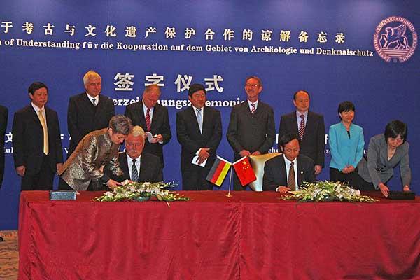 Prof. Gehrke und Gu Yucai unterzeichnen das Memorandum of Understanding (Foto:DAI, D. Hosner)