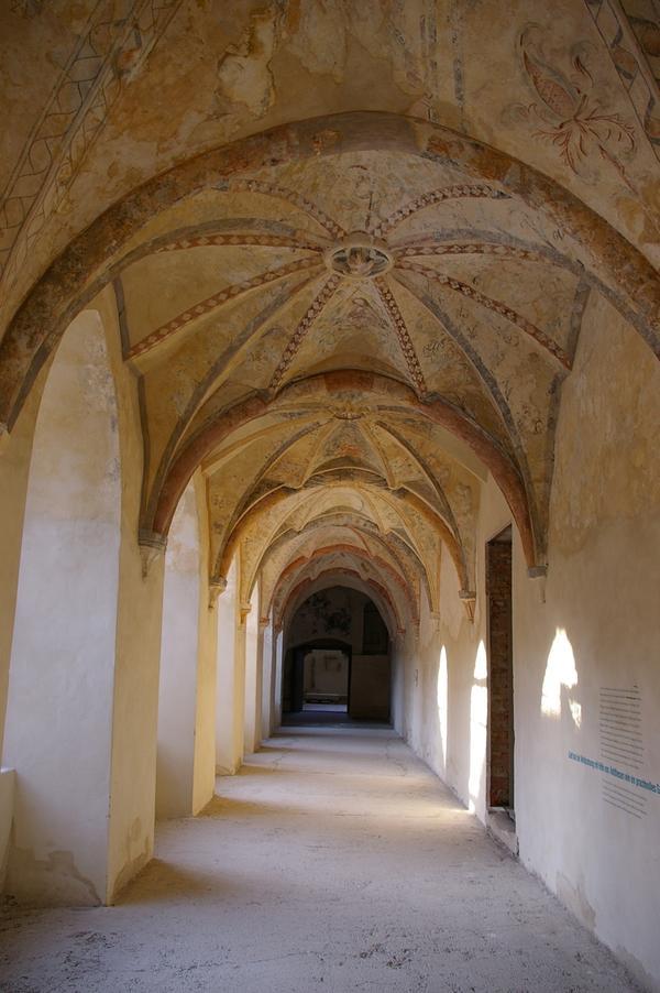Blick in den östlichen Flügel des spätgotischen Dalheimer Kreuzgangs