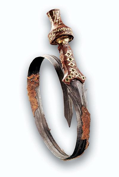 In Oss fand man unterhalb des größten Grabhügels der Niederlande eine Situla (Eimerförmiges Weinmischgefäß) aus Bronze. In ihr fanden sich Leichenbrandreste sowie zahlreiche Grabbeigaben und Trachtbestandteile, wie dieses verbogene Schwert mit Goldgriffeinlagen (ca.825-600v.Chr.). (Foto: Museum Burg Linn)