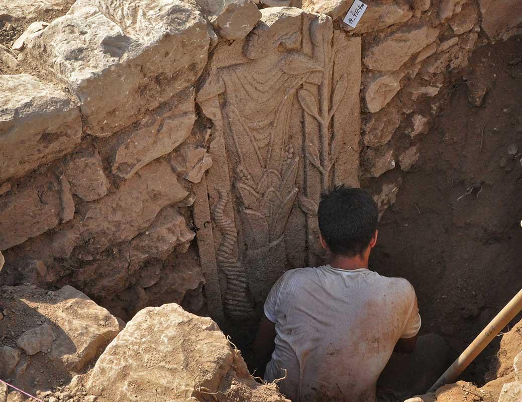 Basaltstele in Fundlage