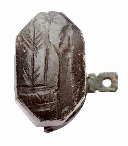 Spätbabylonisches Siegel mit Darstellung von betenden Männern
