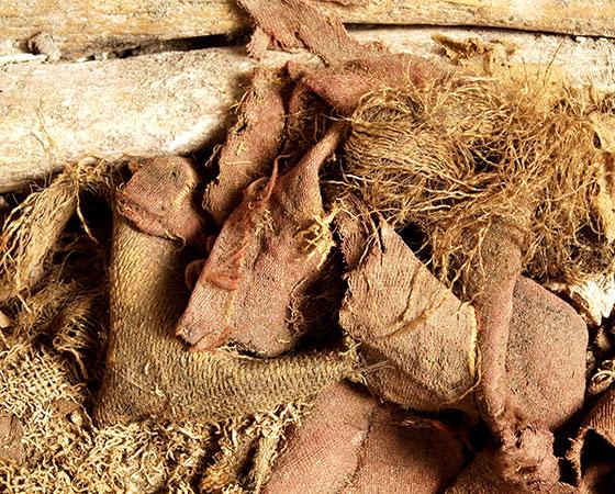 Fragmente der aus dem Bleisarg geborgenen Textilien, zumeist aus Seide