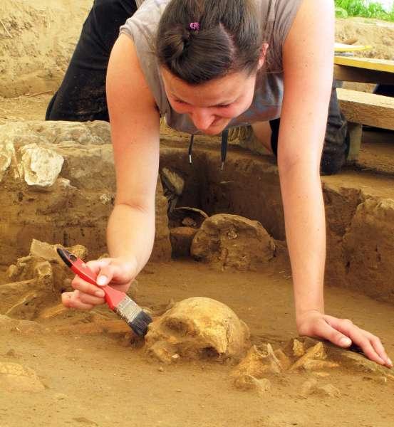 Die Forscher fanden in einem der Gräber mehr als 75 Bestattungen, die nun unter anderem genetisch untersucht werden (Foto: LWL /H. Menne)
