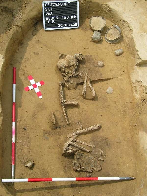 """Das Grab """"V3"""" aus dem frühbronzezeitlichen Gräberfeld von Geitzdendorf, NÖ (Foto: Urgeschichtemuseum Niederösterreich)"""