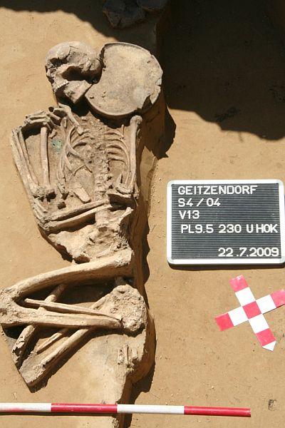 Detail des nicht beraubten Grabes mit dem Bronzedolch und der Bronzenadel des Gräberfeldes von Geizendorf (Foto: NÖ Museum für Urgschichte)