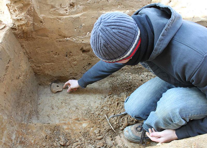 Student auf Ausgrabung