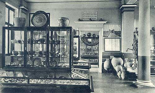 Blick in die Ausstellungsräume des Römisch-Germanischen Museums, das 1907 in Haltern eröffnet und im 2. Weltkrieg zerstört wurde. (Foto: Postkarte)