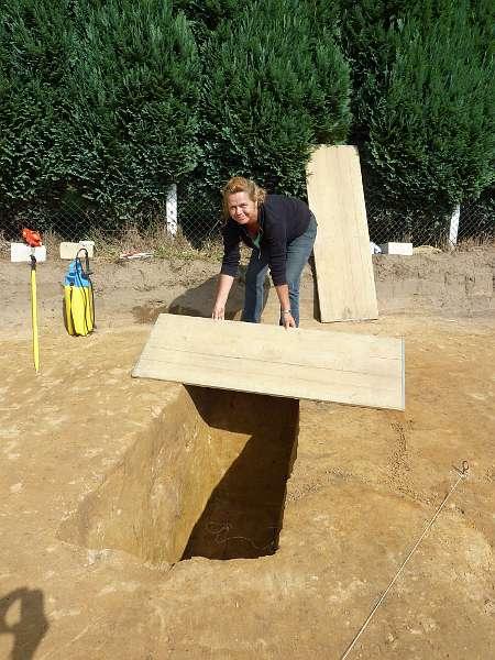 Ute Gröbe deckt eine Grube ab, damit niemand hineinstürzt. Am nächsten Tag wird dann daran weitergearbeitet. (Foto: LWL/Tremmel)