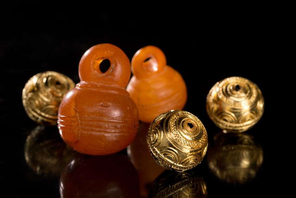 Bernsteinanhänger und Goldkugeln