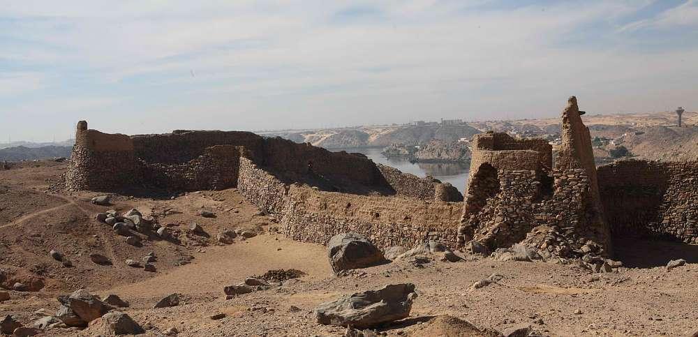 Überblick über die Ruinen der Festung Hisn al-Bab in Oberägypten (© ÖAI 2013)