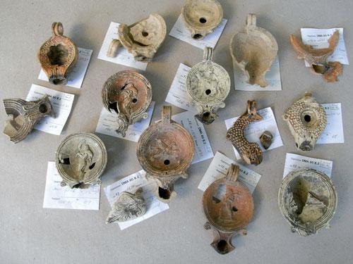 Römische Lampen aus der Grabung in Höchst (Foto: Denkmalamt/Archäologisches Museum)