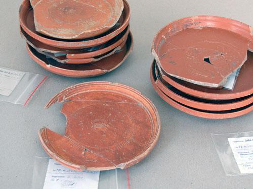 Terra Sigillata-Teller aus der Grabung in Höchst (Foto: Denkmalamt/Archäologisches Museum)