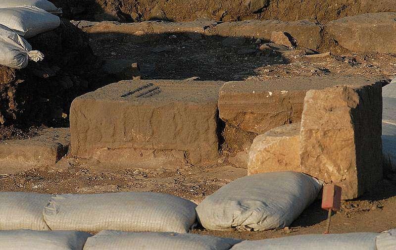 Der Basalt-Tisch, dessen Verzierungen Aufschlüsse über seine genaue Funktion geben sollen. (Bild: Kinneret Regional Project)