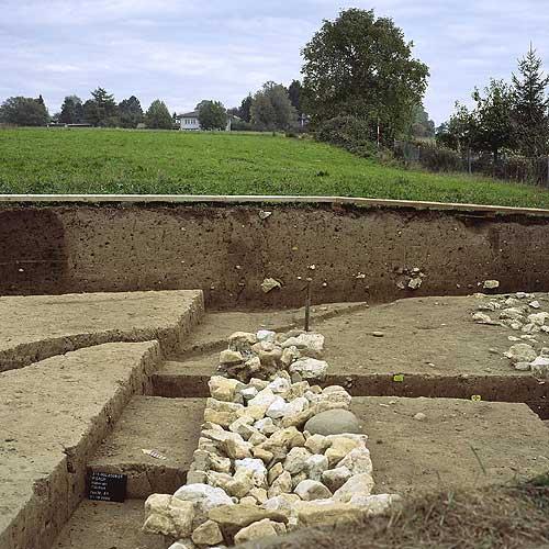 Teil der römischen Gutshofmauer unter dem heutigen Bauelände (Quelle: Archäologischer Dienst Kanton Bern)