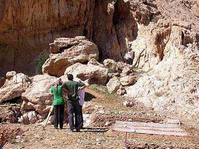 Vermessung der Felsformationen des Schutzdaches (Foto: Joint Sharjah-Tübingen Archaeological Project)