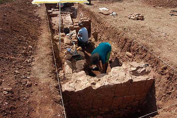 Nur einige Zentimeter unter der Erdoberfläche legten die Archäologen der Universität Jena die massiven Mauern einer römischen Villa frei. (Foto: Dennis Graen/FSU)