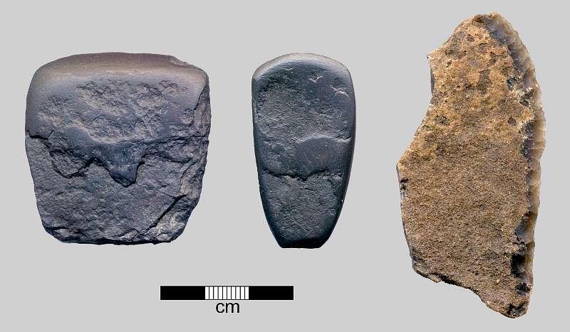 Funde eines vorgeschichtlichen Siedlungsplatzes: Steinbeile und Messer aus Feuerstein (Foto: DAI)
