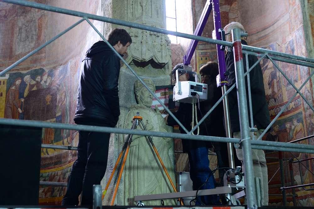 Die Stuckstatue Karls der Grossen in Müstair wird geröntgt.