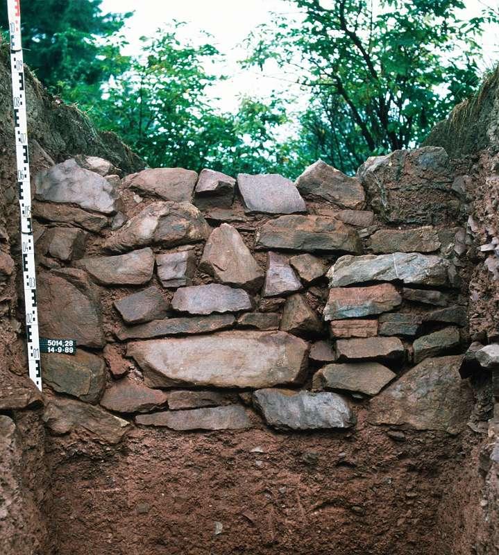 massiv gesetzte Trockenmauer