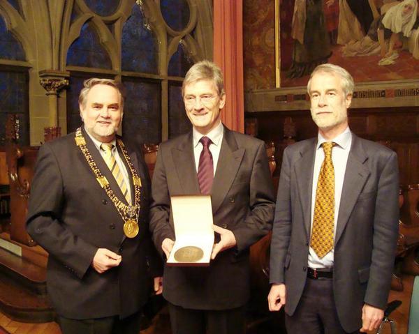 Der Grimm-Preisträger Prof. Dr. Theo Kölzer (Mitte) mit Unipräsident Prof. Dr. Volker Nienhaus und Laudator Prof. Dr. Andreas Meyer (re.) (Foto: Viola Düwert)