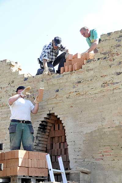 Die Ofenarbeiter bei der Entnahme der ersten Ziegel (Foto: LWL / Immenkamp)