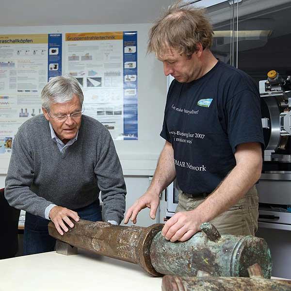 Maik Springmann und Dr. Karl-Heinz Kutz (v. r.) begutachten die alte Waffe aus dem 16. Jahrhundert, die an der Uni Rostock untersucht wurde. (Foto: ITMZ/Uni Rostock)