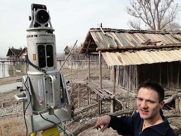 Mit dem Laserscanner kann das zusammengestürzte Haus vermessen werden (Foto: Pfahlbaumuseum Unteruhldingen)