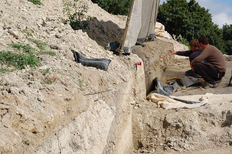 Diskussionen werfen der im Boden deutlich sichtbare Verlauf des Grabens und des Walles der Wallburg bei den Archäologen auf. (Foto: LWL/Burgemeister)