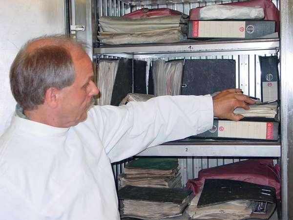 Reinhold Sand vom LWL-Archivamt zeigt, wie die Archivalien getrocknet werden. (Foto: LWL)