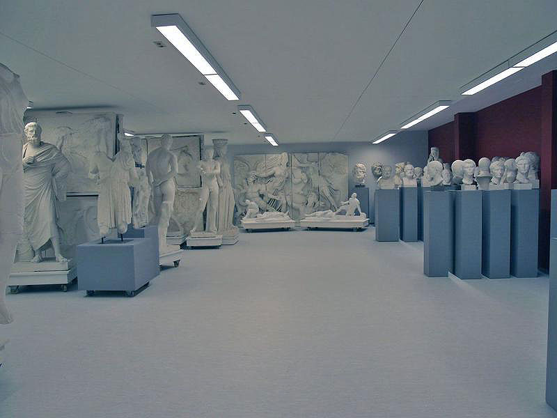 Blick in den Hauptraum mit dem Fries des Pergamonaltars im Hintergrund (Foto: Angelika Schurzig, Institut für Klassische Archäologie, Mainz)