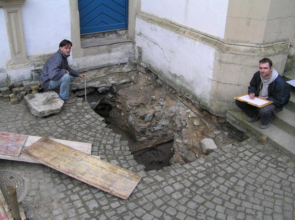 Die Mitarbeiter des Ausgrabungsteams, Thomas Wegener (links) und Oliver Böhm (rechts), vermessen und zeichnen das Treppenturmfundament aus dem 16. Jahrhundert