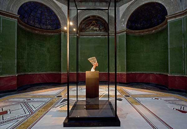 Nordkuppelssal mit der Büste der Königin Nofretete, Neues Reich, 18. Dynastie, Amarna, Ägypten, um 1340 v. Chr. (© Staatliche Museen zu Berlin, Foto: Achim Kleuker)
