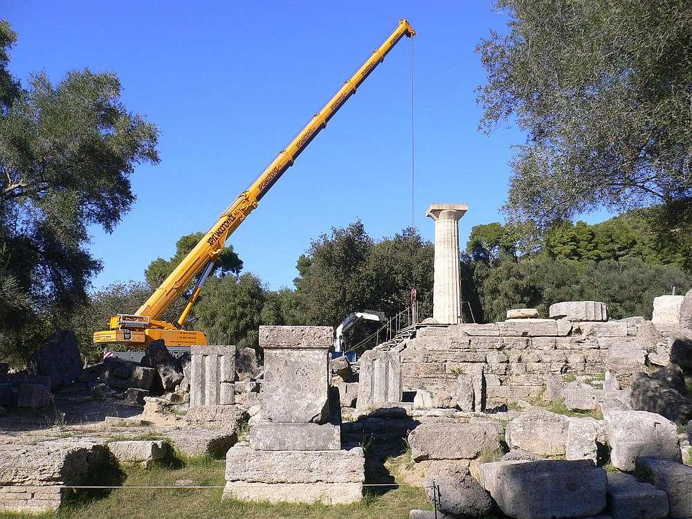 Der mobile Kran inmitten des Versturzes der antiken Bauteile im Westen vor dem Tempel (Photo: R. Senff)