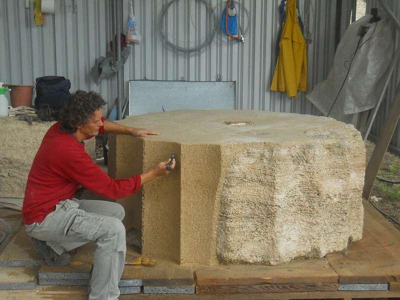 Unterste Säulentrommel der südlichen Opisthodom-Säule: Nacharbeitung der Kanneluren an der Ergänzung aus Kunststein durch den Steinmetz (Photo: K. Fuchs)